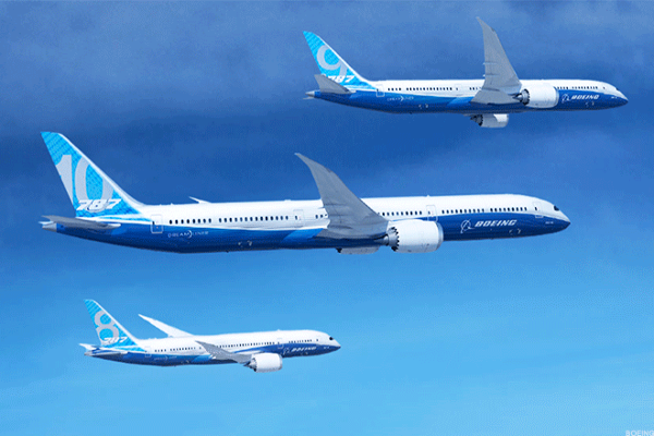 Boeing beats 1Q profit forecasts but revenue falls