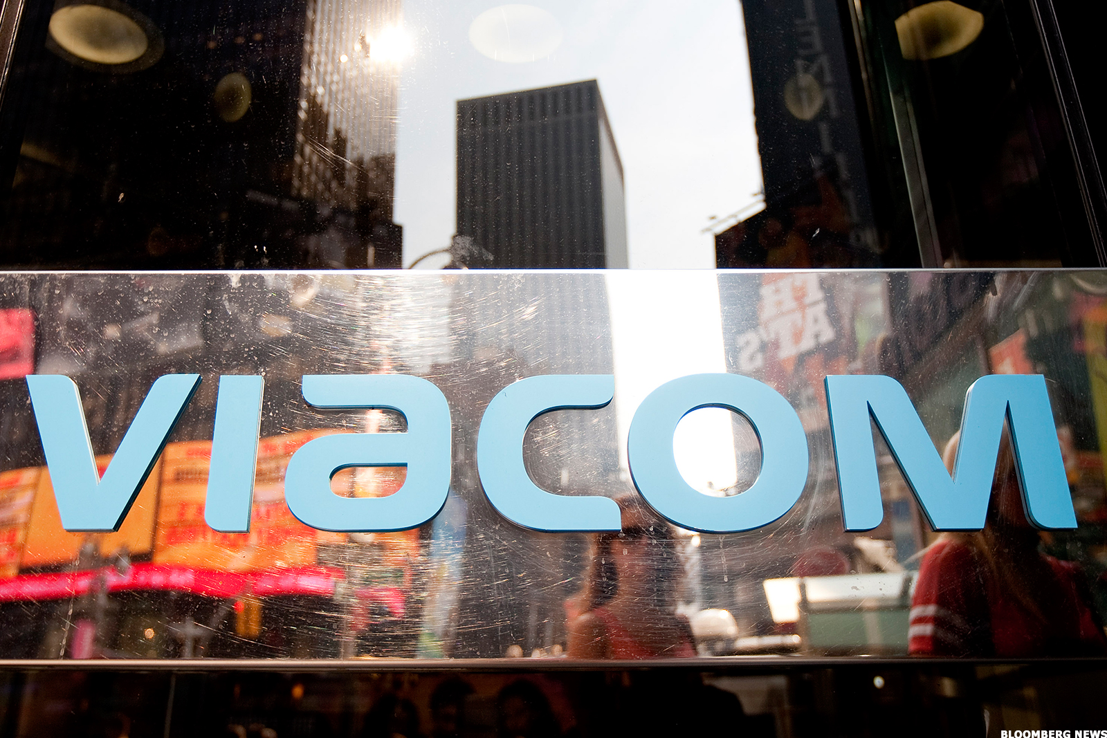 stock market and paramount Answer paramount pictures is a subsidiary of viacom inc the ticker symbol for viacom is via and it is traded on the new york stock exchange.