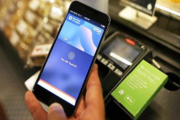 Midday Report: Apple Launches Apple Pay in Russia; U.S. Stocks Fall