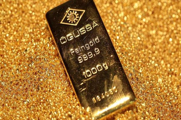 Gold Bulls Fading? Prices Retreat as Dollar Holds Firm
