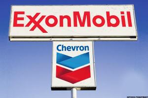 Should You Trade Chevron, Exxon Mobil as They Lag Crude Oil?