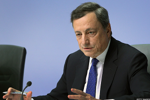 Euro Falls as ECB President Draghi Rejects Need to Discuss Stimulus Exit