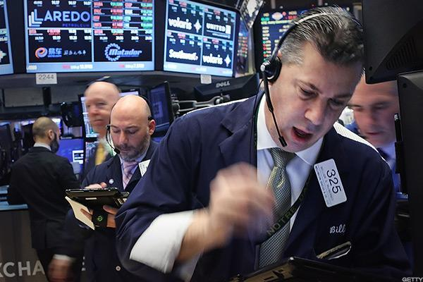 Dow Declines, Caterpillar Weighs on Index as Feds Swarm Offices