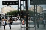 Tesla Could Get Bid Above $420 as Board Looks at Take-Private Plan
