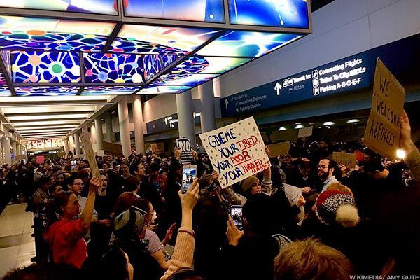 Apple, Microsoft Join 97 Tech Companies Opposing Trump's Immigration Ban in Court