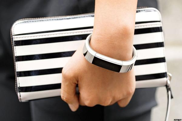 Fitbit (FIT) Stock Increases, IDC: Apple Watch Market Share Tumbles
