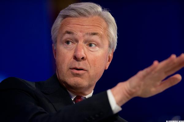 Will Warren Buffett Give Wells Fargo CEO John Stumpf the Ax?