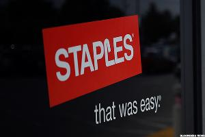 Staples Tumbles to Near 20-Year Low in Wake of Failed Merger