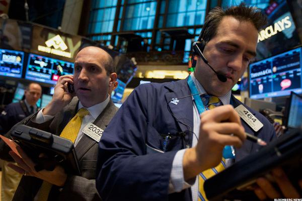 Stocks Trade Lower; Macy's Tumbles as Sales Disappoint