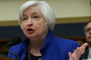 Wall Street Hesitates Ahead of Yellen's Speech on Friday
